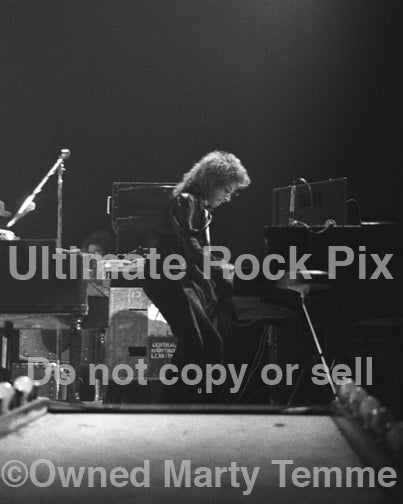 Photo of keyboardist Seth Justman of The J. Geils Band in concert in 1972 by Marty Temme