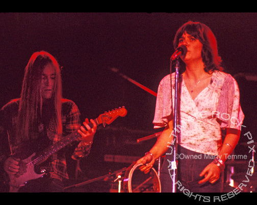 Photo of Linda Ronstadt and Waddy Wachtel in 1973 by Marty Temme