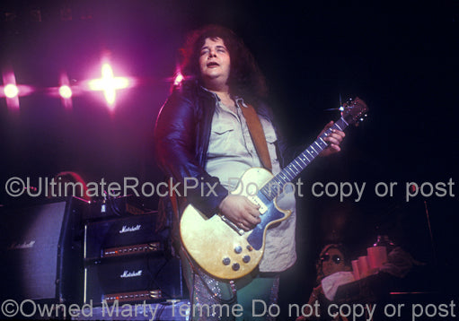 Photo of Leslie West of Mountain in concert in 1975 by Marty Temme