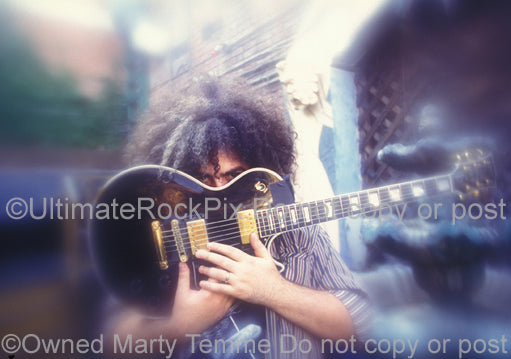 Photo of Buzz Osborne of Melvins with his Les Paul in 1995 by Marty Temme