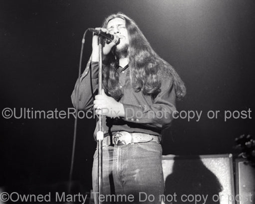 Photo of vocalist Doug Gray of The Marshall Tucker Band in concert in 1974 by Marty Temme