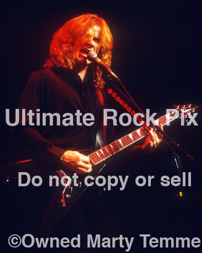Photo of guitarist Dave Mustaine of Megadeth onstage in 2000 by Marty Temme