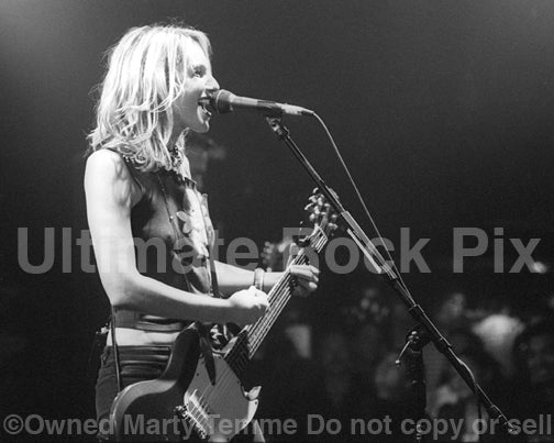 Photo of Nina Gordon of Veruca Salt in concert in 2001 by Marty Temme