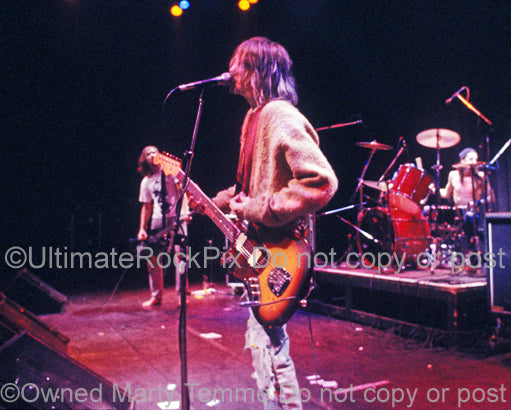 Photo of Kurt Cobain of Nirvana playing his Fender Jaguar in 1991 by Marty Temme