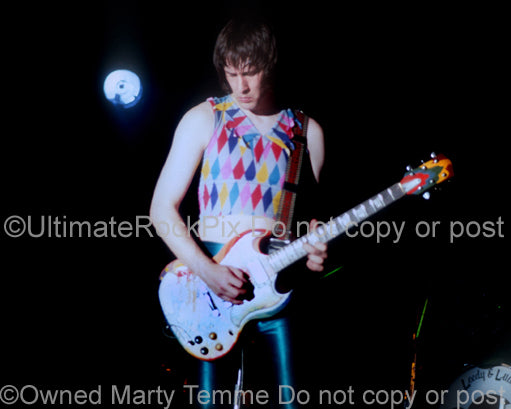 Photo of Todd Rundgren playing The Fool Gibson SG in 1981 by Marty Temme