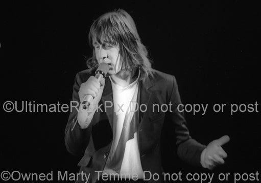 Photo of Todd Rundgren singing in concert in 1981 by Marty Temme