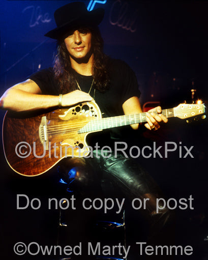 Photo of Richie Sambora of Bon Jovi with an acoustic guitar in 1991
