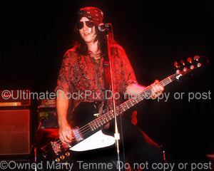Photo of bassist Chris Schlosshardt of Sea Hags in concert in 1989 by Marty Temme
