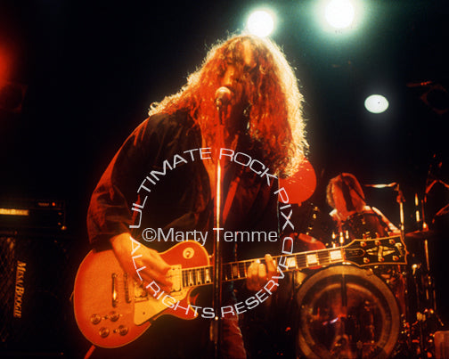 Photo of singer Chris Cornell in concert in 1989 by Marty Temme