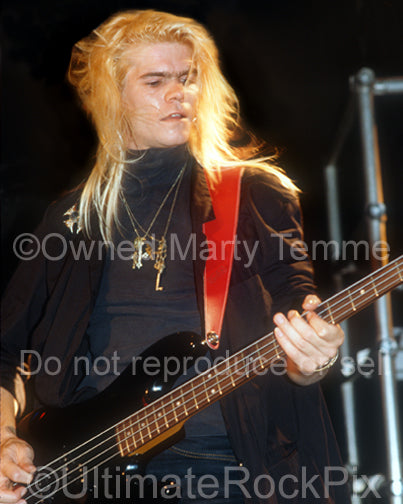 Photo of bassist Chris Heilman of Shark Island onstage in 1989 by Marty Temme