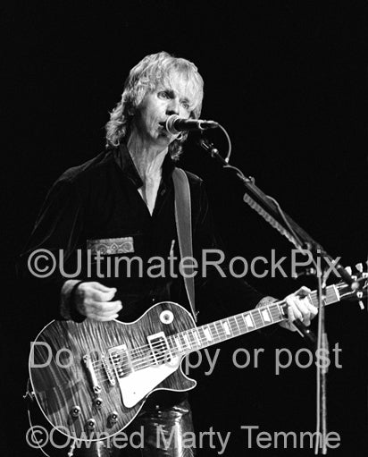 Black and white photo of singer Tommy Shaw of Styx in concert in 2000 by Marty Temme