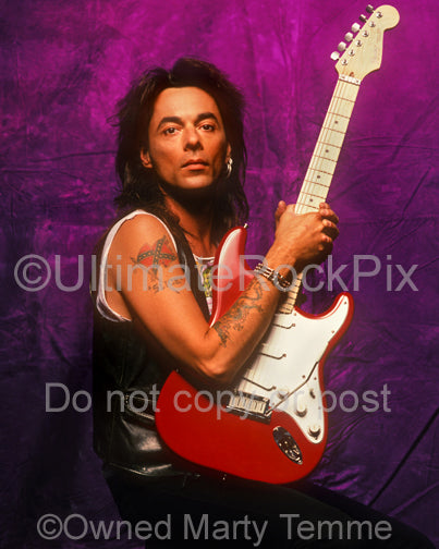 Photo of guitarist Earl Slick during a photo shoot in 1990 by Marty Temme