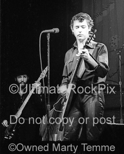 Photo of Chris Spedding and Tony Garnier in concert in 1979 by Marty Temme