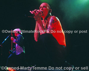 Photo of singer Scott Weiland of Stone Temple Pilots onstage in 2000 - stpsw10