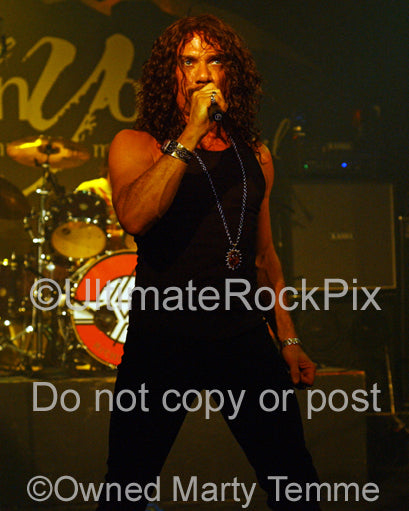 Photo of singer Joe Retta of The Sweet in concert in 2008 by Marty Temme