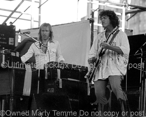 Photo of Mike Pinera and Duane Hitchings of Thee Image in concert in 1974 by Marty Temme