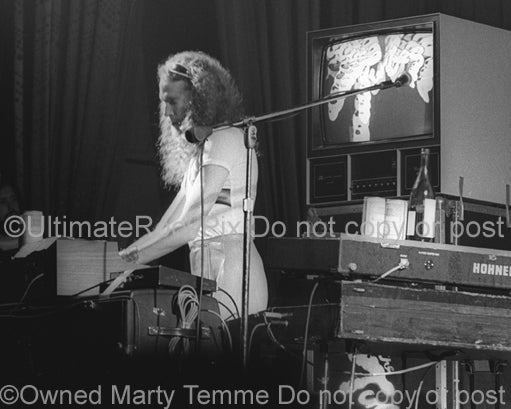 Photo of Vince Welnick of The Tubes in concert in 1975 by Marty Temme