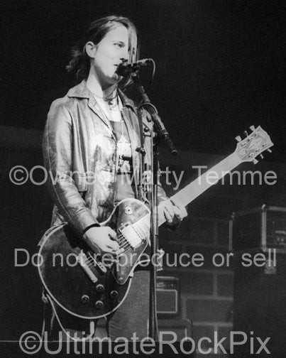 Photo of singer Louise Post of Veruca Salt in concert in 1994 by Marty Temme