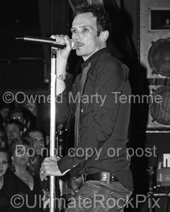 Black and white photo of Scott Weiland of Velvet Revolver in concert in 2006 by Marty Temme