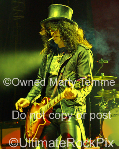 Photo of Slash of Velvet Revolver and Guns N' Roses playing a Les Paul in 2007 by Marty Temme