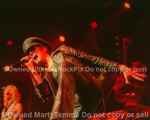 Photo of Scott Weiland of Velvet Revolver in concert in 2005 by Marty Temme