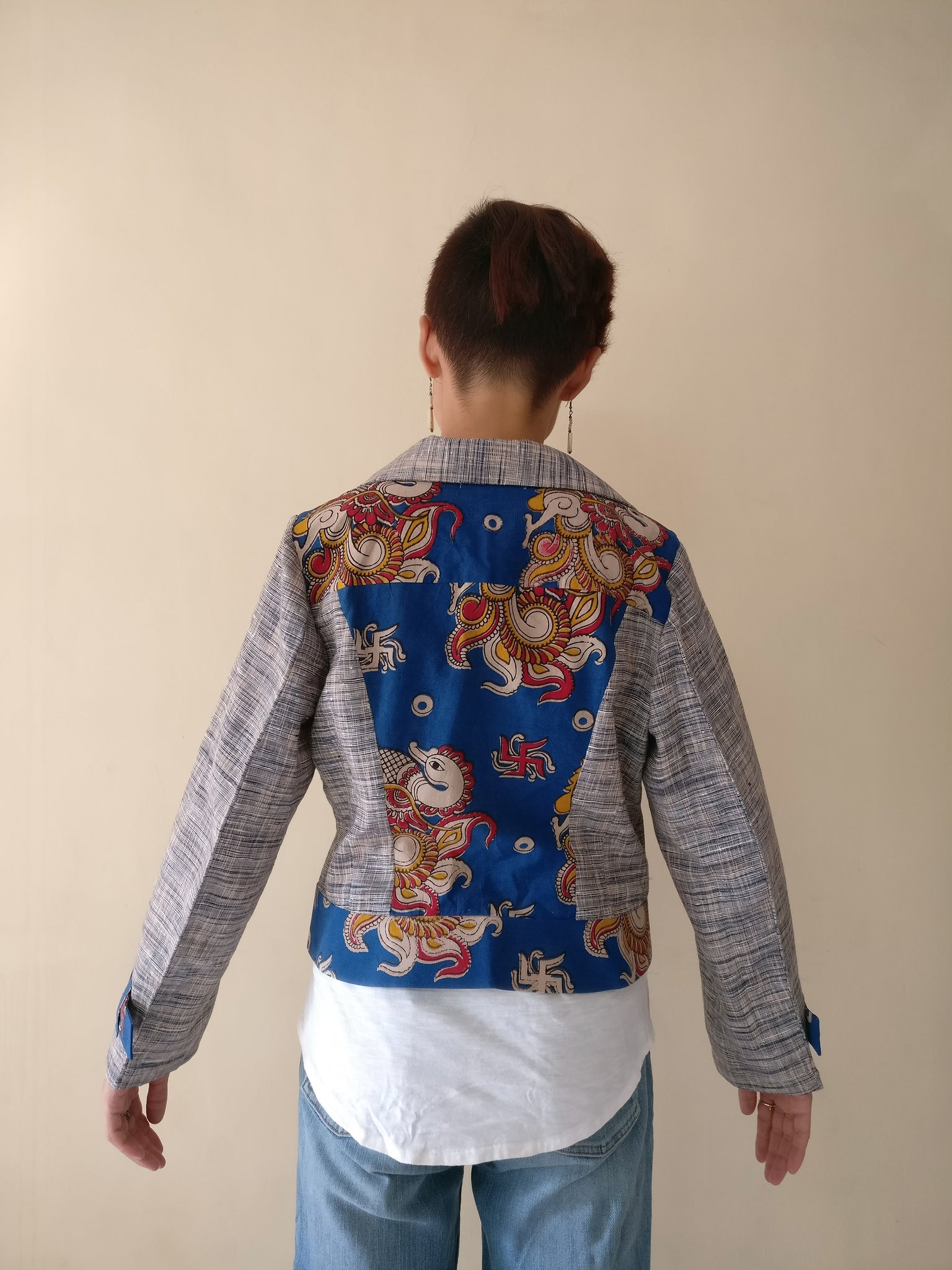 MIRCHI KOMACHI blue Ladies / Women's Biker Jacket (back side). It is India's answer for the biker jacket which is a basic item in women's wardrobe! The materials are Cotton Khadi and Cotton Kalamkari. Enjoy the beauty of natural materials and Indian handcrafts! Shop online!