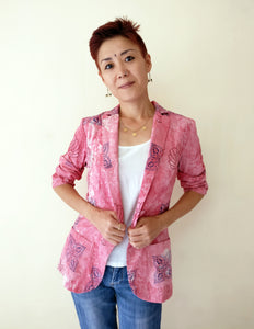 MIRCHI KOMACHI Pink Casual Blazer Jacket is a cute Indo-Western item for ladies. How can a pink jacket chic and not too sweet? Check this out. The thin cotton fabric is perfect for layered looks even in summer, protects your skin from suntan outside. Shop online!