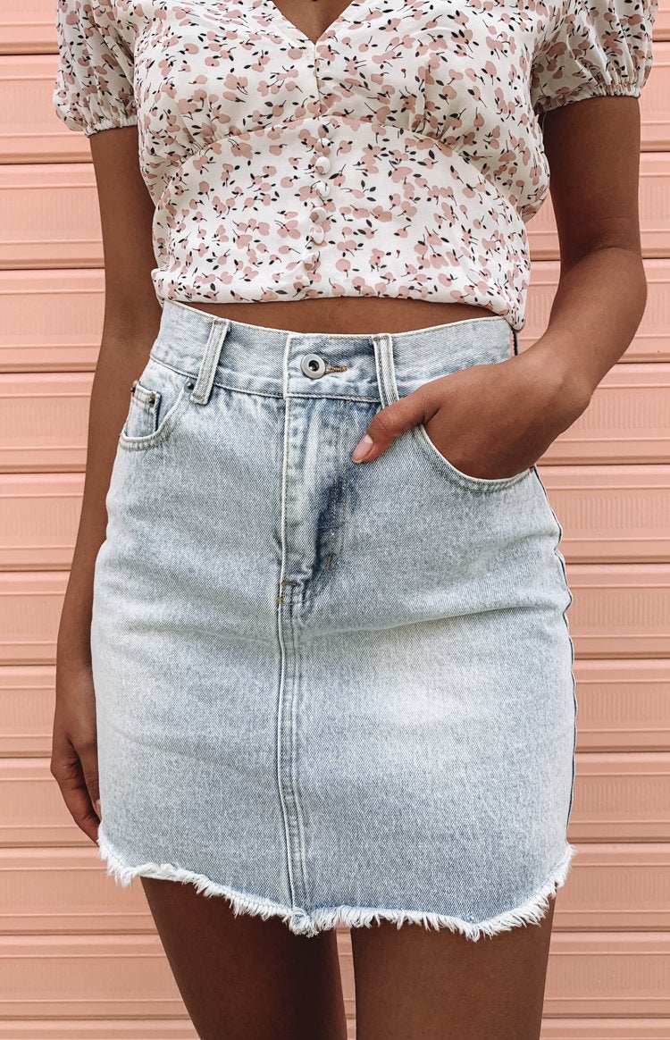 https://files.beginningboutique.com.au/Dannii+Denim+Skirt+Light+Blue.mp4