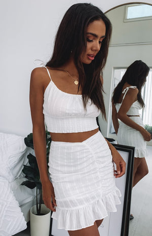 https://files.beginningboutique.com.au/Emrata+Ruched+Mini+Skirt+White.mp4