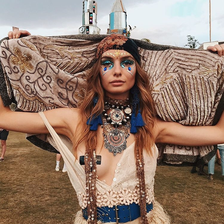 Modern bohemian, gypsy soul decorate your face for coachella or your next festival. Creative makeup with glitter face gems and body jewels and golden bindi. RAINBOW SERPENT, BEYOND THE VALLEY, STRAWBERRY FIELDS, FESTIVAL FASHION, FESTIVAL LOOKS, STYLE