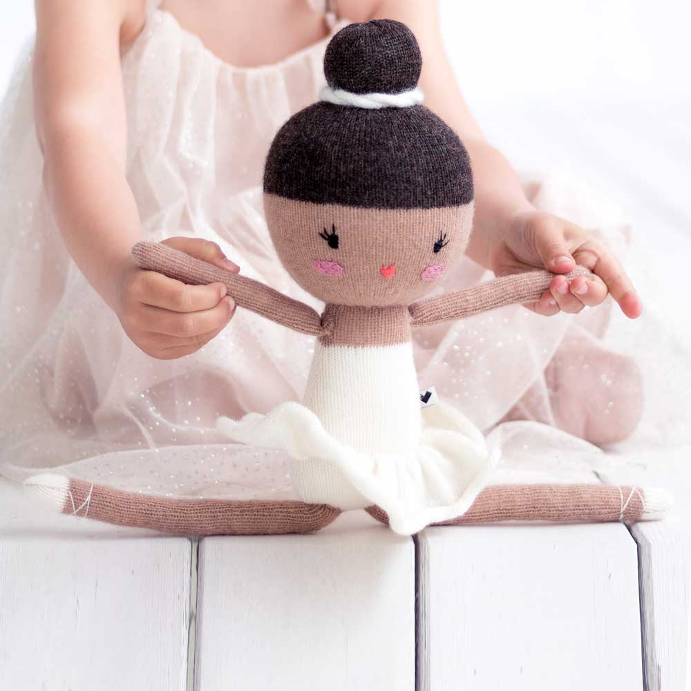 Friend No. 33 – Ballerina Lauren Lauvely The white swan knitted ballerina