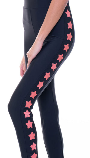Tuta intera in lycra nera con stelle applicate rosa corallo