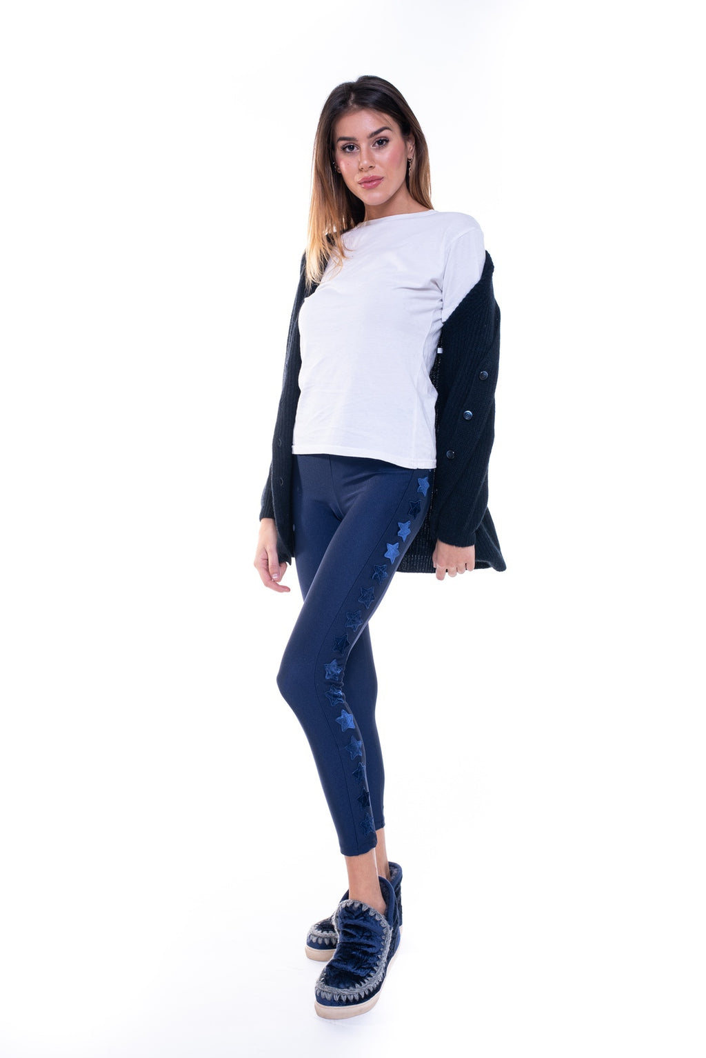 Leggings in lycra blu con stelle applicate su una gamba in velluto blu