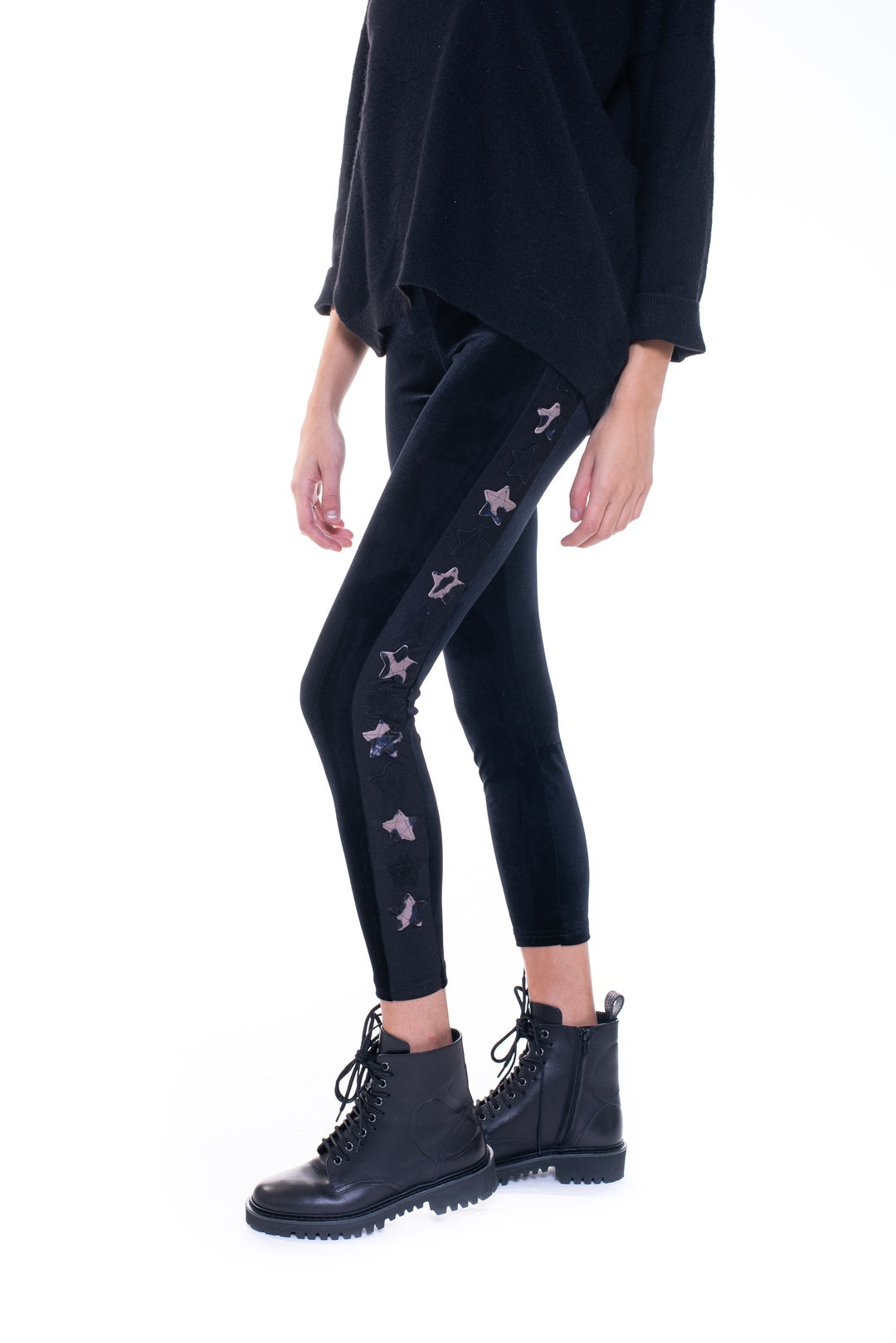 Leggings in velluto nero con stelle applicate su una gamba in cavallino camouflage