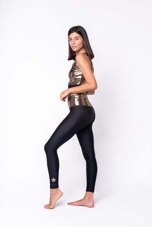 Top in lycra oro con stella applicata sul retro nera