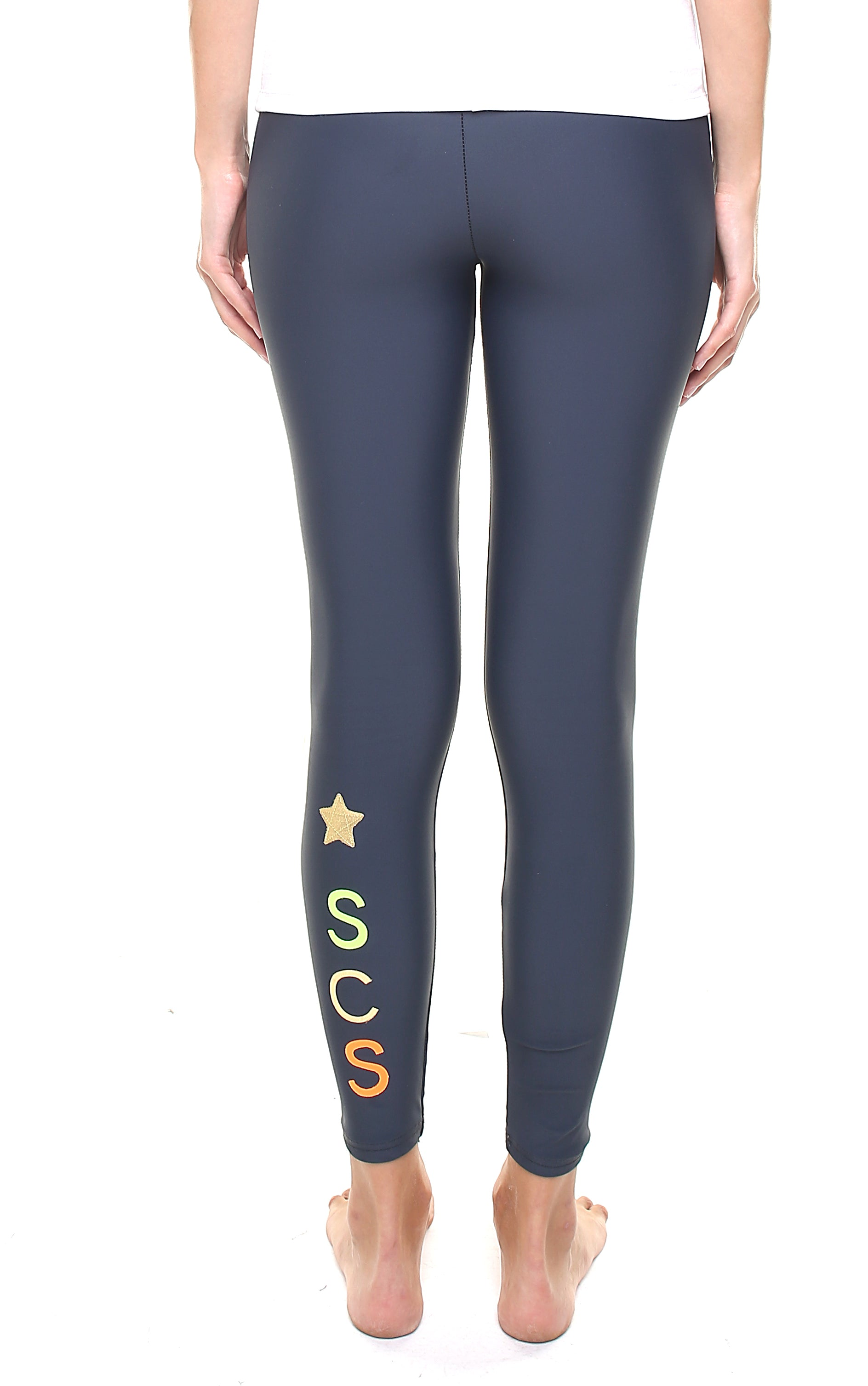Leggings personalizzato con una stella e lettere applicate in verticale