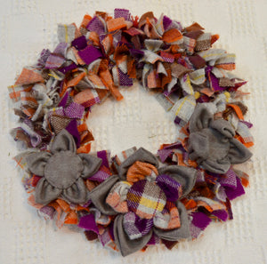 Rag Wreath by The Beez Neez. Johnstons Fabric. (4TW2)