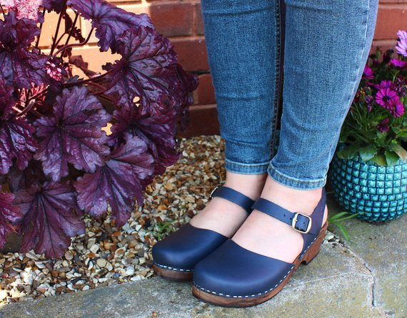 Lotta Clogs Low Wood in Navy on Brown Base