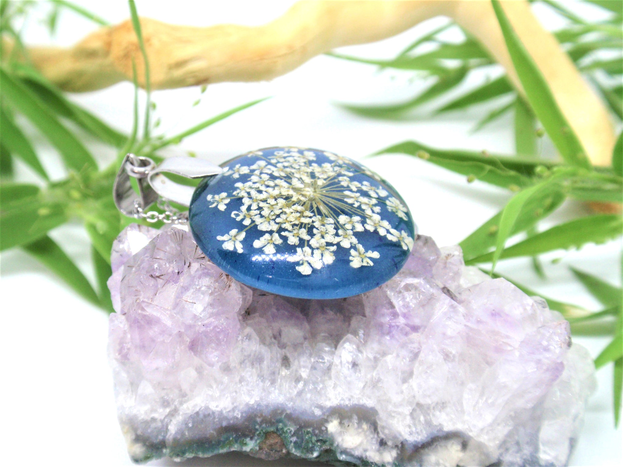 Color changing flower necklace black to blue