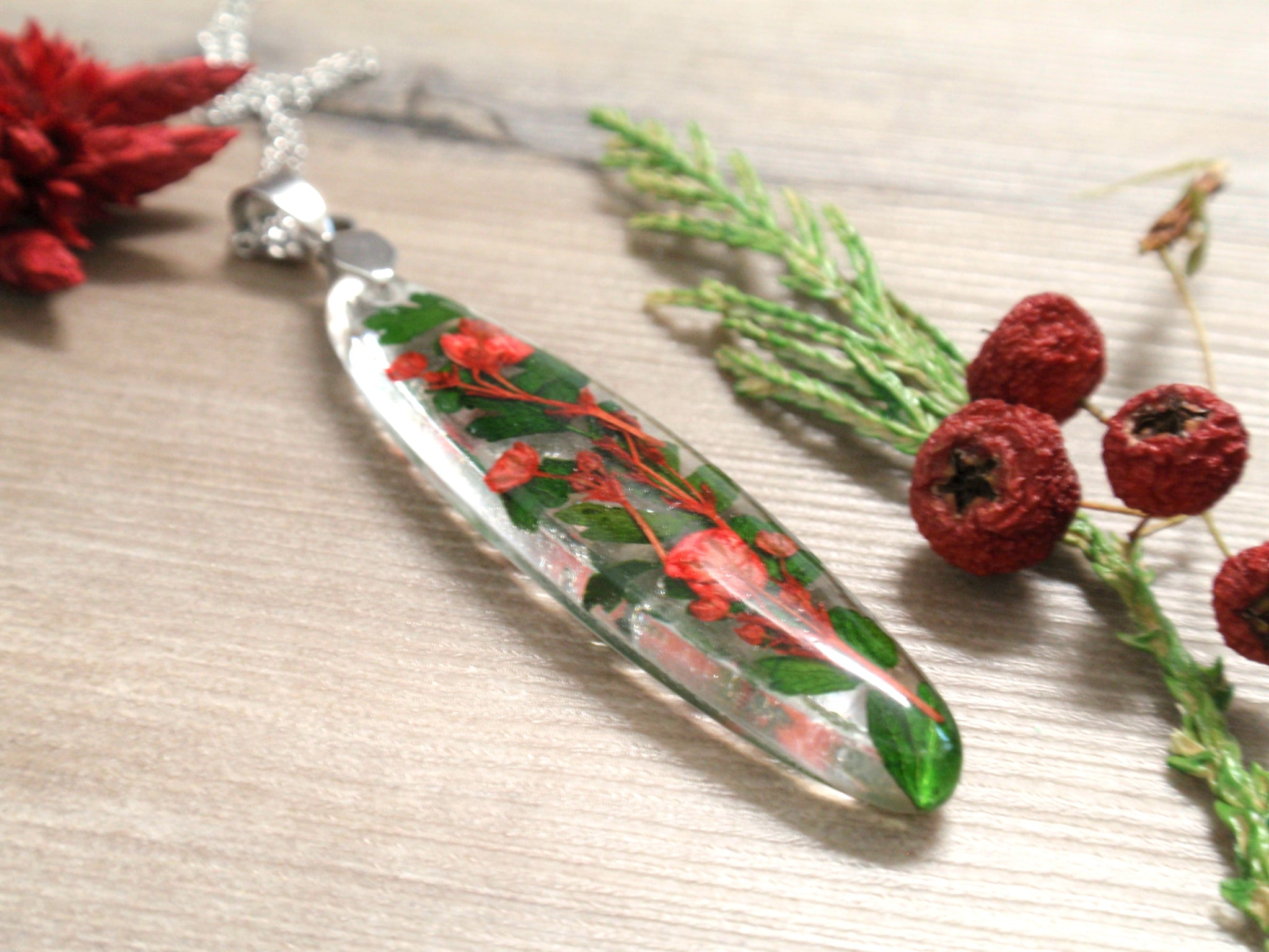Elegant slim necklace with real flowers