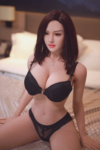 Akako: Busty Japanese Beauty