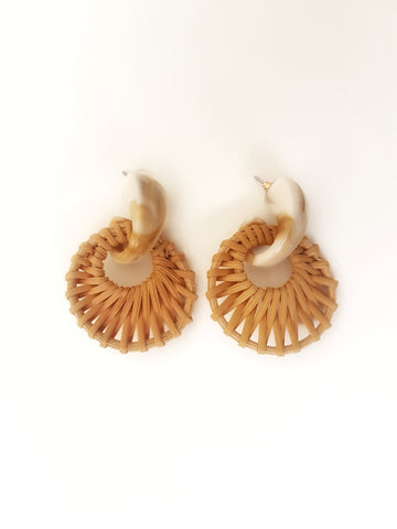 Rattan round basket earrings, cream.