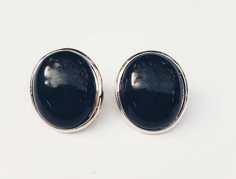 Oval stud earrings, black.