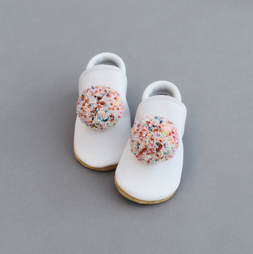 leather pompom shoes - BLANC