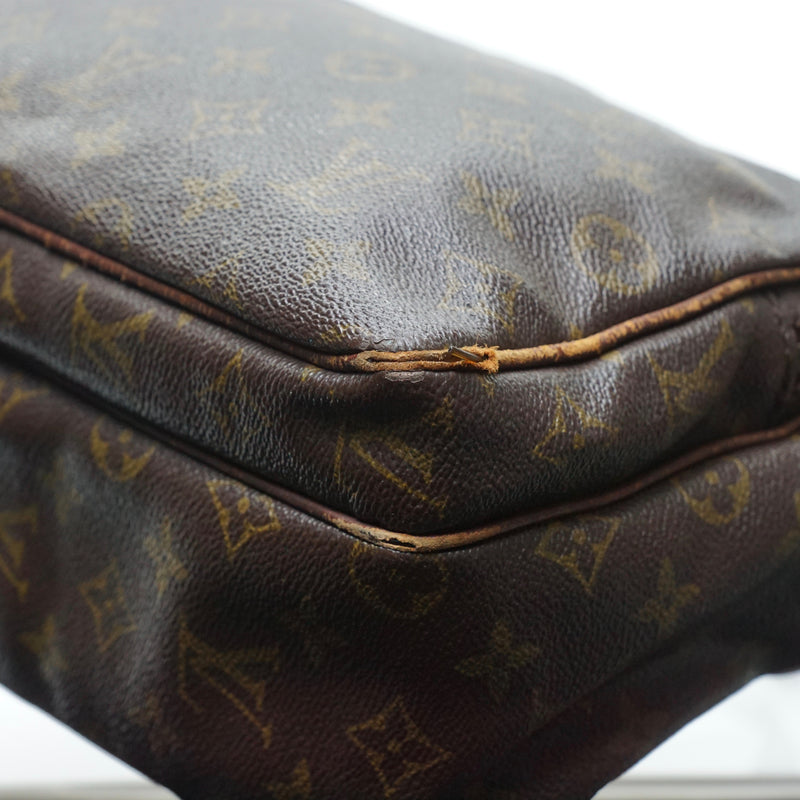 Pre-loved authentic Louis Vuitton Nile Crossbody Bag sale at jebwa