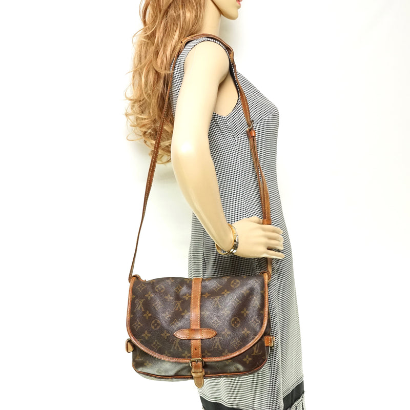 Pre-loved authentic Louis Vuitton Saumur 30 Crossbody sale at jebwa.