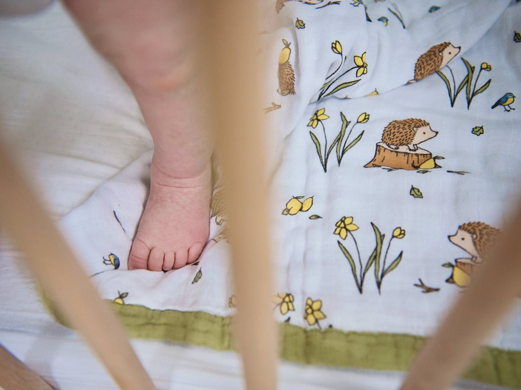 Muslin quilt toddler - hedgehog print detail