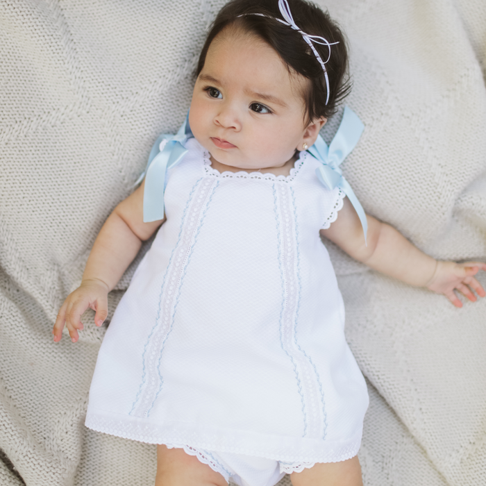 "White baby girl ""Cortito"" dress in piqué cotton with blue threading details and ribbons"