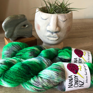 The Oneders - Kelly Green - Sumptuous DK/10ply - The Woven Nana-Cindy Exclusive
