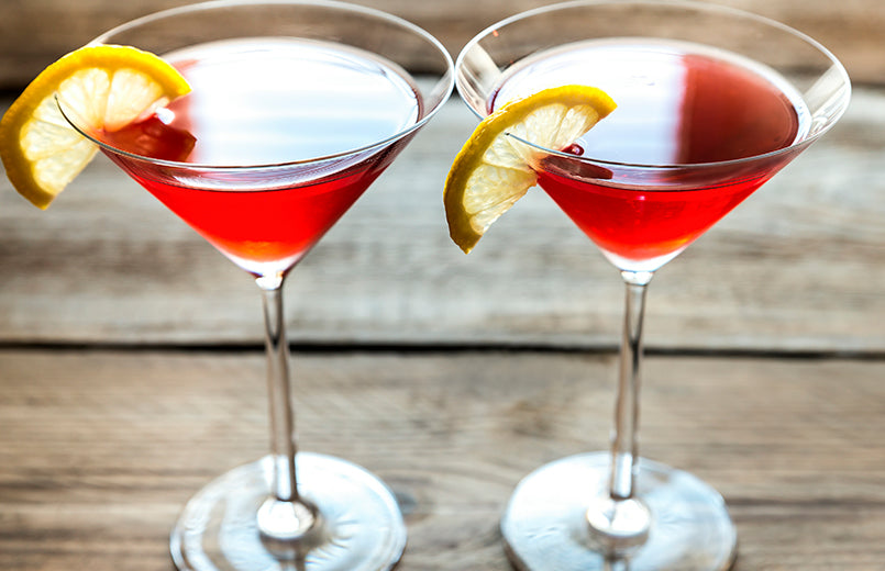 Two-cosmopolitan-cocktails-on-the-wooden-background